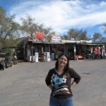 Tina vor der Tankstelle in Hackberry
