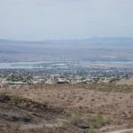 Blick über Lake Havsu City von den Bergen im Osten