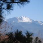 Der Pikes Peak überthront Colorado Springs