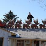 Typisches Haus mit Weihnachtsdekoration