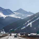 Kulisse der Rocky Mountains über Interstate 70