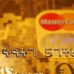 Bild der hochgeprägten Mastercard Gold von gebuhrenfrei.com